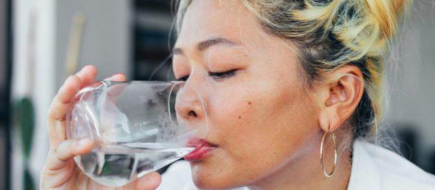 Uống nước có giúp bạn trị mụn không?