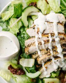 Salad với nước sốt trang trại