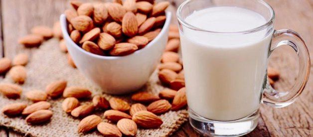 Cốc sữa hạnh nhân